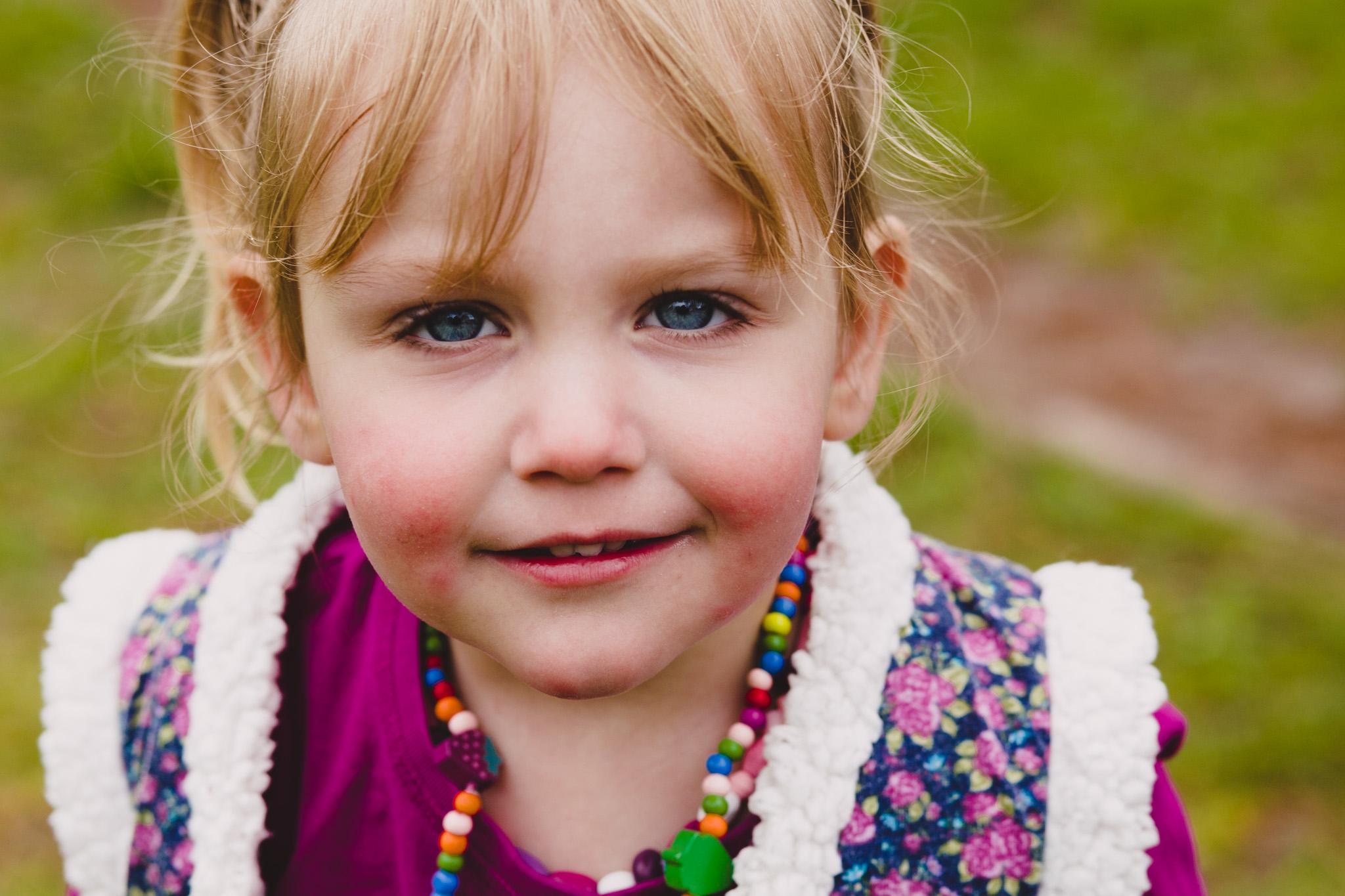Portretfoto Veendam meisje buiten