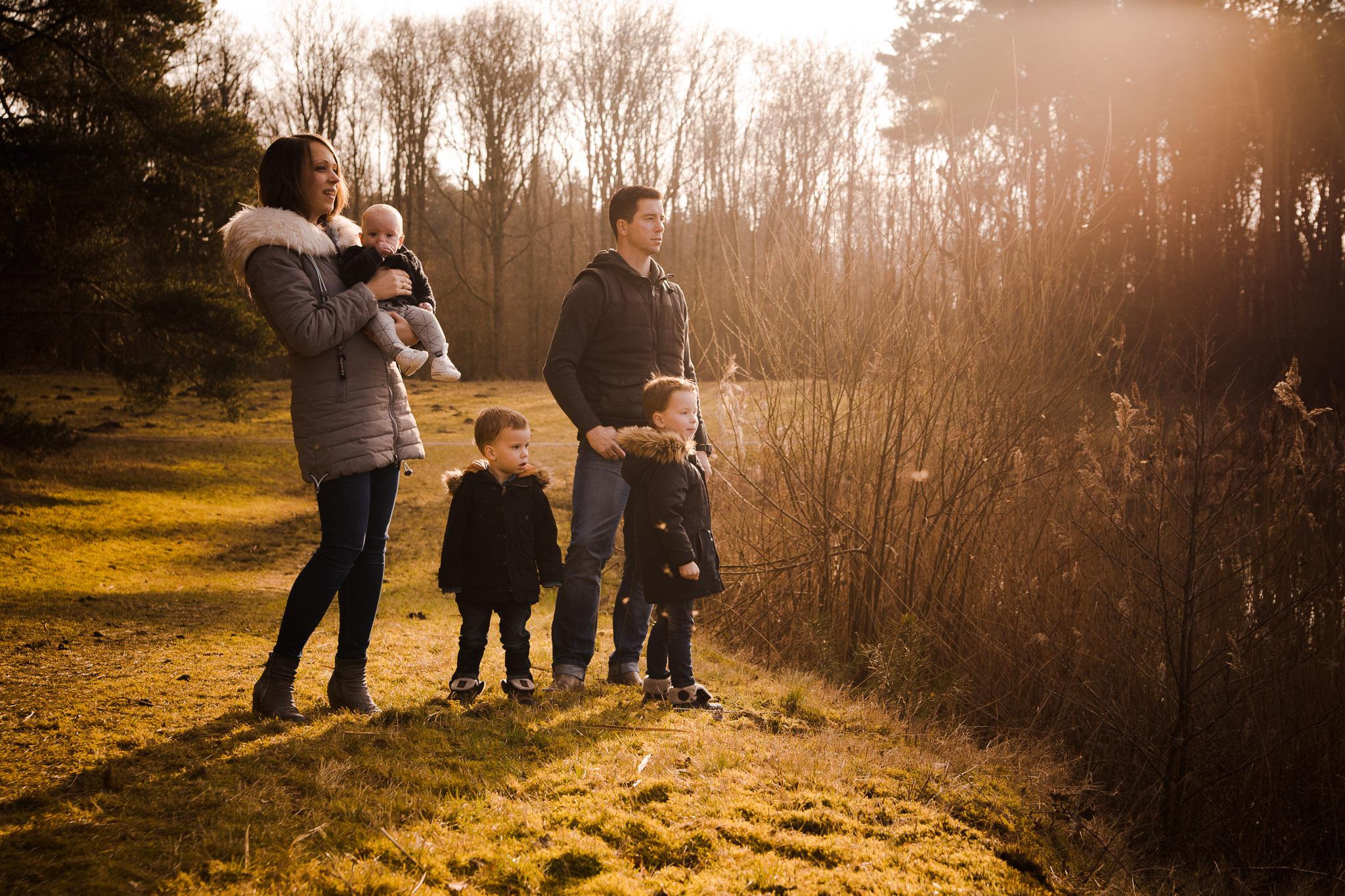 origineel familieportret op een buitenlocatie in veendam