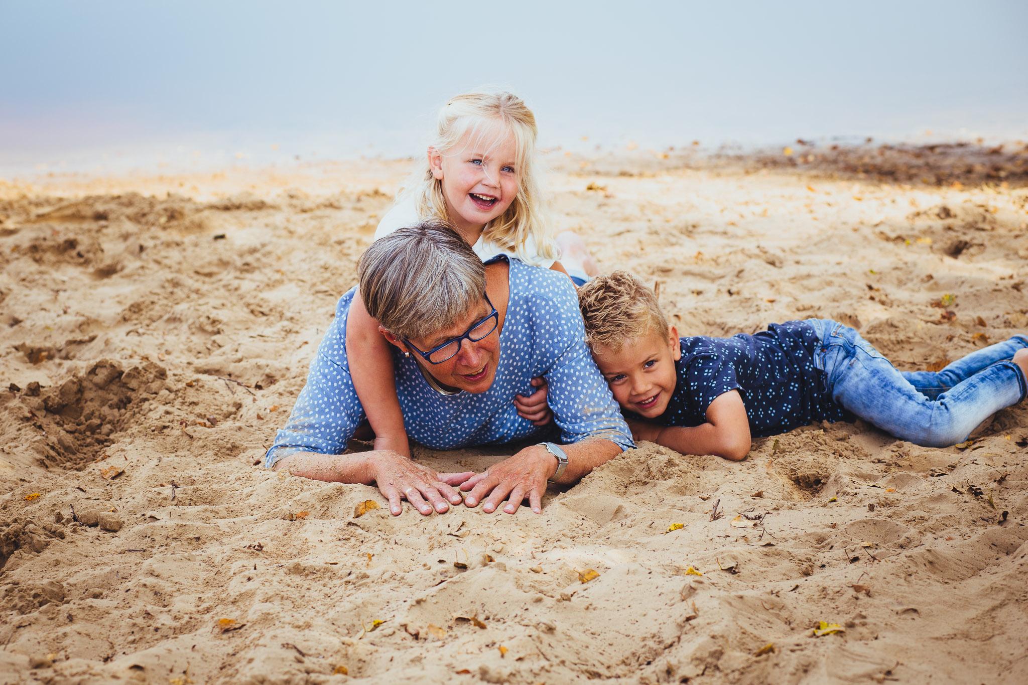 kleinkinderen samen met oma origineel familie portret zeegse