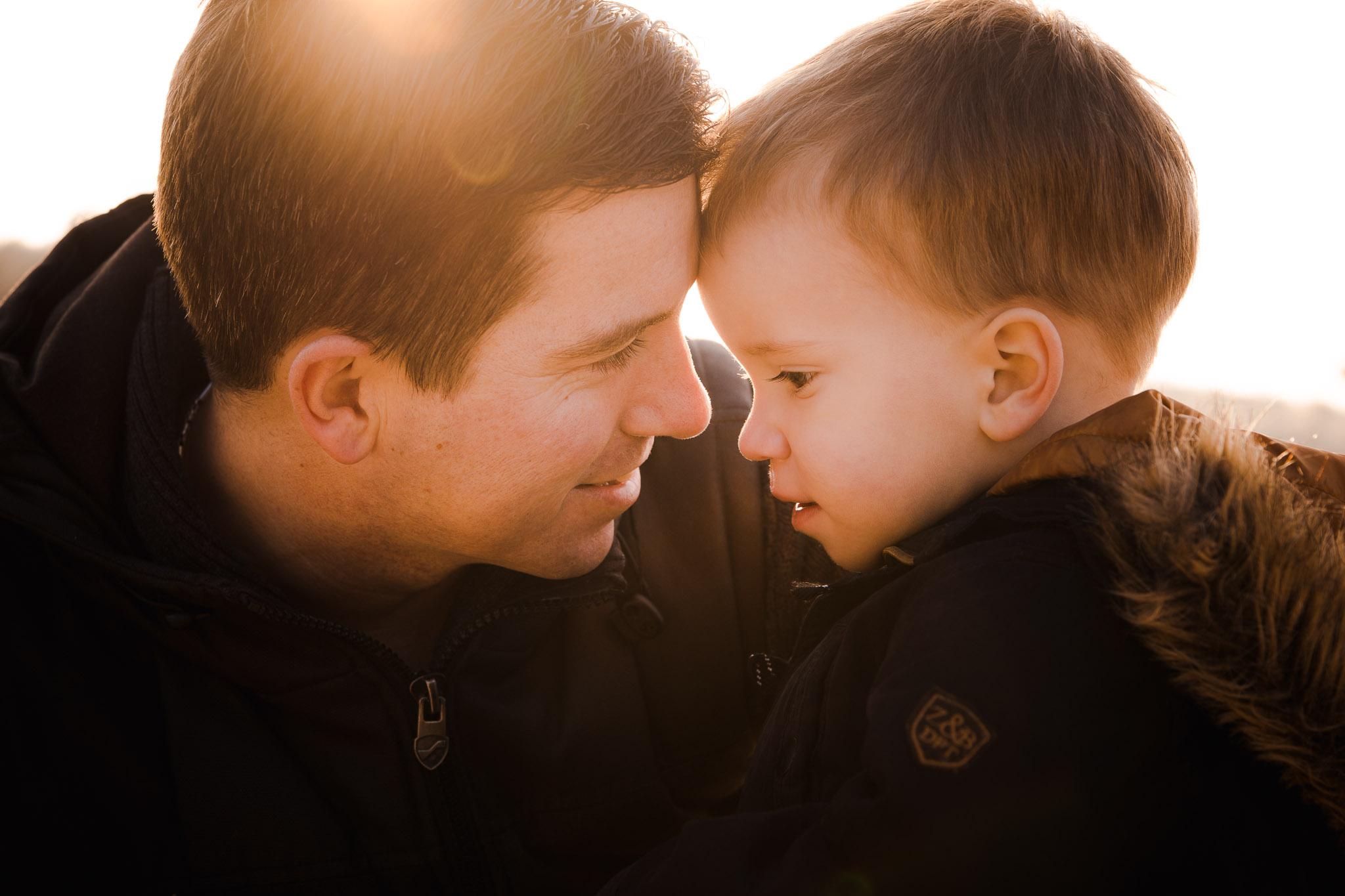 spontaan portret van vader en zoon in veendam